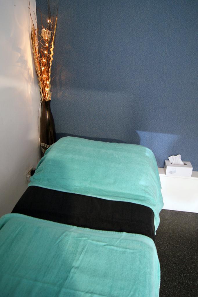 massage-bed-bw